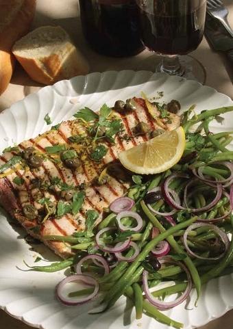 Gegrilde zwaardvis met kappertjes en haricots salade